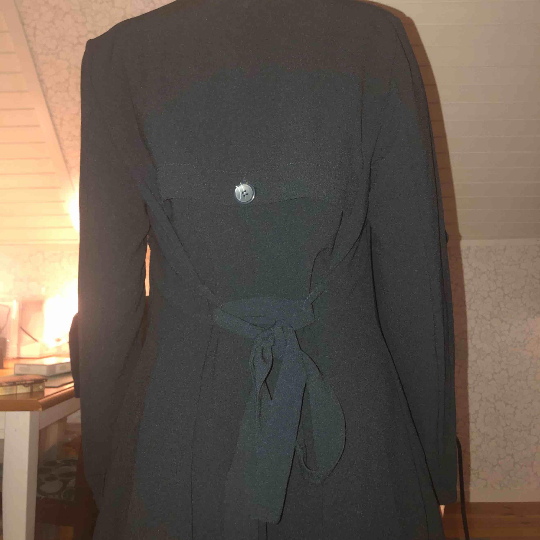 Jättefin svart kappa med skärp som går att knyta fram eller bak!!!! Säljer då jag aldrig använder den. Är 162 och den går till knäna på mig. Köpare betalar för frakt och frakten kostar 45kr! Den är använd ca 5 gånger. ❤️☺️. Jackor.