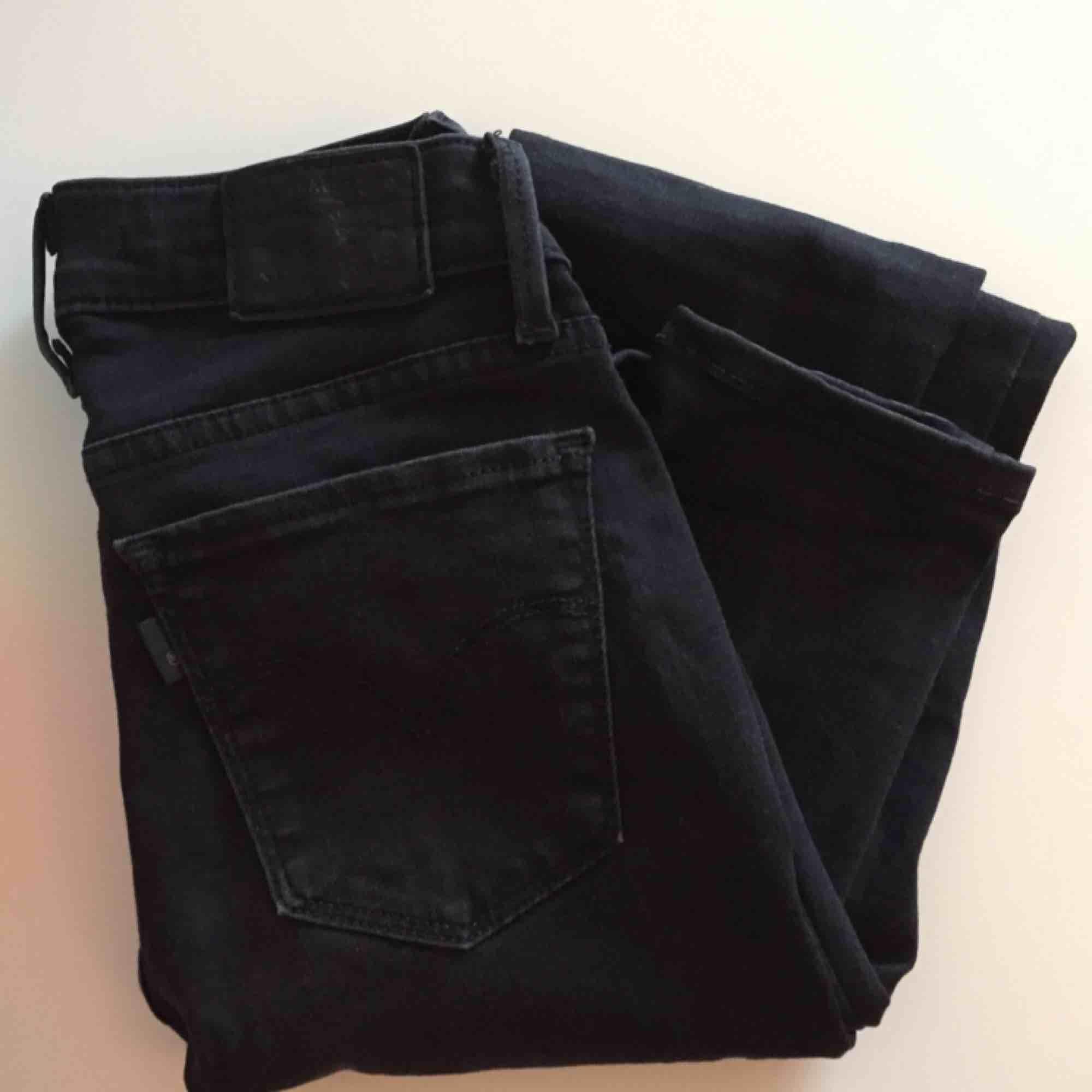 Svartgråa jeans från Levis, modell superskinny 710:or storlek 25. Köpt secondhand, säljer pga för små 💔 📬 Frakt: 55 kr eller 63 kr spårbart. Jeans & Byxor.