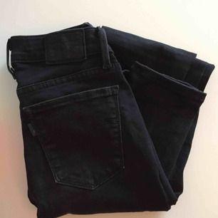Svartgråa jeans från Levis, modell superskinny 710:or storlek 25. i Köpt secondhand, säljer pga för små 💔 📬Frakt ingår i priset!