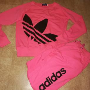 Säljer Adidas mjukis set ( ej äkta)  i strl S. Aldrig använd så den är i gott skick.   100 kr  Frakt tillkommer