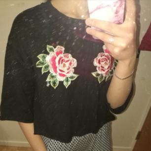 Säljer en svart tröja med superfina rosor på. Mycket gott skick,endast en gång använd. Storlek XS   50 kr Frakt tillkommer