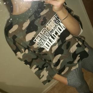 Säljer en kamouflage tröja i strl M från H&M. Passar även XS/S bara de att den då sitter pösigare:) Gott skick,skulle gissa på att den är 2-3 gånger använd.  50 kr Frakt tillkommer