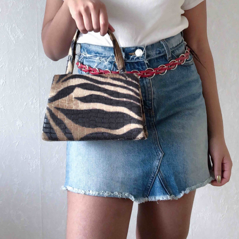 Söt vintage väska☀️ har ett längre ban också så går att bära runt axeln☀️ 65kr frakt (spårbar). Väskor.