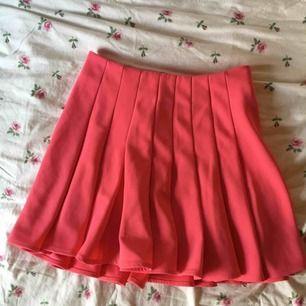 Mycket fint skick, knappt använd. En väldigt skön skiktads kjol i ett lite tyngre material som gör att kjolen hänger snyggt.