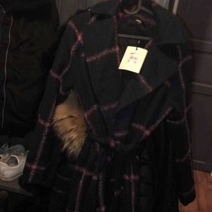 Helt ny kappa från bikbok. Storlek S, aldrig använd därav priset
