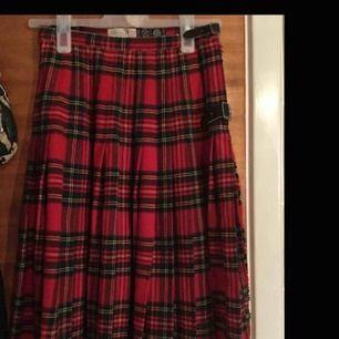 as ball kjol hittad på second hand, säkert frn80-90 talet, men i bra kvalité. går att knäppa med knäppen. men även justera med hjälp av resår som finns på insidan av kjolen längst upp.  Resåren gör så att den kan passa allt från 🔥XS - M🔥