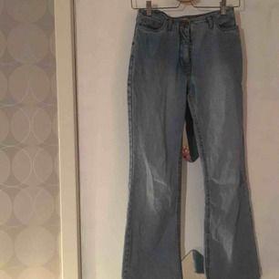 köpta second hand men i asbra kvalité!!! högmidjade bootcut jeans. skulle uppskatta att det är storlek xs. säljer pga fel storlek.