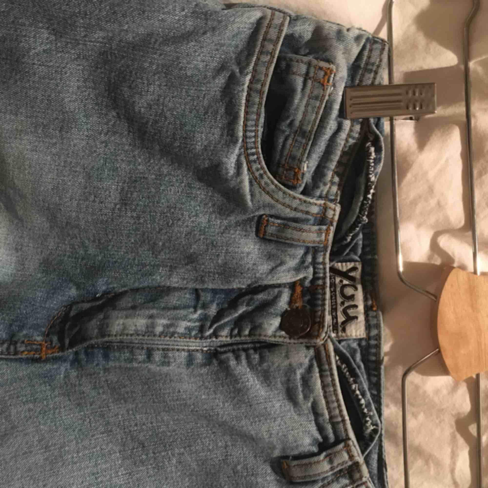 köpta second hand men i asbra kvalité!!! högmidjade bootcut jeans. skulle uppskatta att det är storlek xs. säljer pga fel storlek. . Jeans & Byxor.
