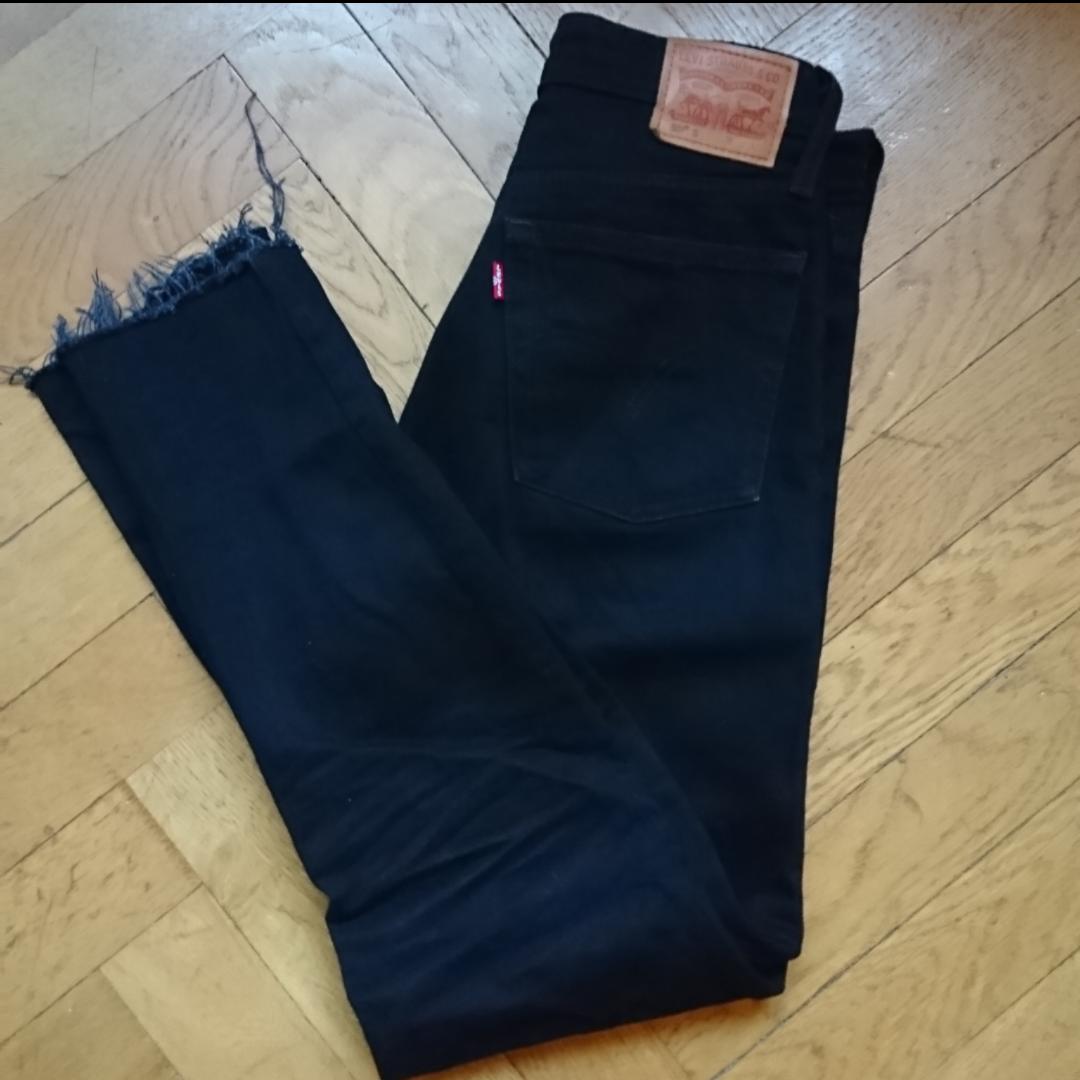 Klassiska Levi's 501:or, storlek 26/30 som är avklippta längst ner för snyggare detaljer, tillräckligt lite för att det inte ska märkas på längden. Annars i superskick, som nya i tyget. Köparen betalar frakten✨. Jeans & Byxor.