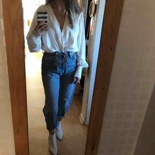 Oanvänd ombloggad och slutsåld vit omlott bodysuit från Zara med silk-effekt. V-ringning, vida ärmar och stora knappar. Knäppning i nederkanten med tryckknapp. Stl L men ganska liten i storlek, känns som M. Ny med lapp kvar. Porto tillkommer.