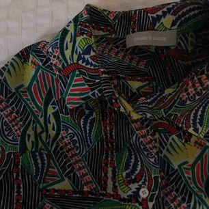 Skön, tunn skjortklänning från Samsoe & Samsoe i 100 % Polyester.
