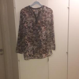 🏵 Transparent, mönstrad blus från Zara  Jag är 177 cm lång  Endast möte. Swish eller kontanter 🏵