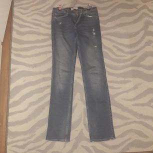 Snygga, tajta jeans med fina detaljer.  Jag är 177 cm lång.   Endast möte. Swish eller kontanter.