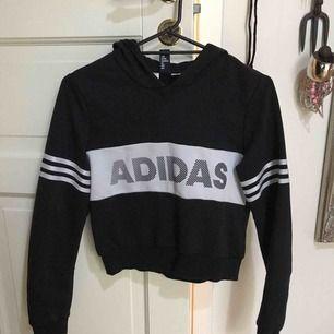 Croppad Adidas hoodie 🦋 Frakten inräknad i priset
