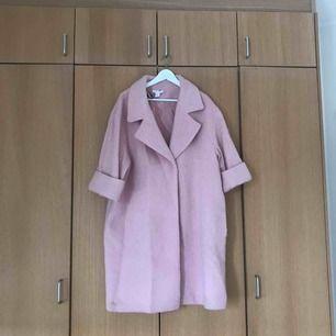 Rosa oversize kappa som tyvärr inte kommer till användning längre