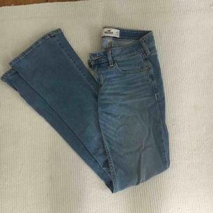 Ljusblå bootcut-jeans från Hollister som är låga i midjan. De är i storlek W25 L31 och passar mig som brukar ha storlek W24/25 på jeans. Sparsamt använda, mycket fint skick! Köparen står för eventuell frakt.