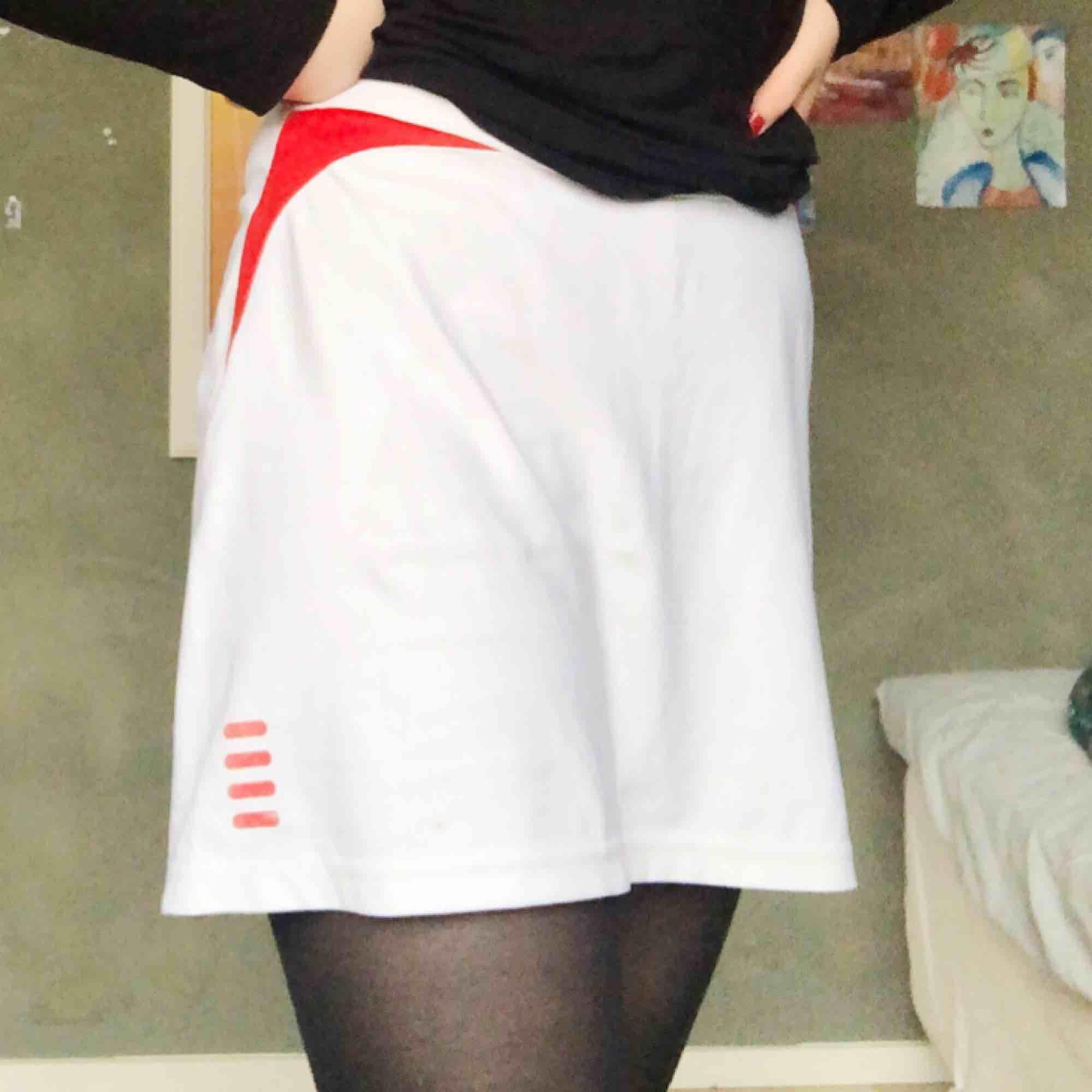 Vit kjol m röda detaljer från fila🌹köpt på second hand för ett tag sedan💫frakt 50kr. Kjolar.
