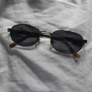 Jättefina 90-tals solglasögon i hyfsat bra skick! Säljer pga för stora