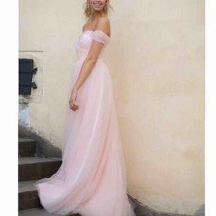 Säljer min fina fina balklänning, som jag endast använt en gång förra året under balen. Lång fin ljus rosa med fina glittriga paljettdetaljer på överdelen.  Skriv för fler bilder! (Frakt 50kr) Nypris 1800kr.  Mitt pris 800kr, går att diskutera.