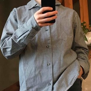 Skjorta från APC i Medium. Den är knappt använd och i nyskick.