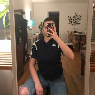 Sååå fin marinblå och vit adidas piké tröja!! Verkligen en av mina favoriter. Skriv om du har några frågor! :)  149kr + 39kr frakt