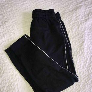 Mjuka svarta kostymbyxor med vit rand på sidan. Som nytt skick. Priset är inklusive frakt😊