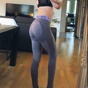 Så snygga leggings från Gymshark som framhäver kurvor! Mycket sköna och av väldigt bra kvalitet. I lilagrå färg. Gymsharks kända flex leggings.