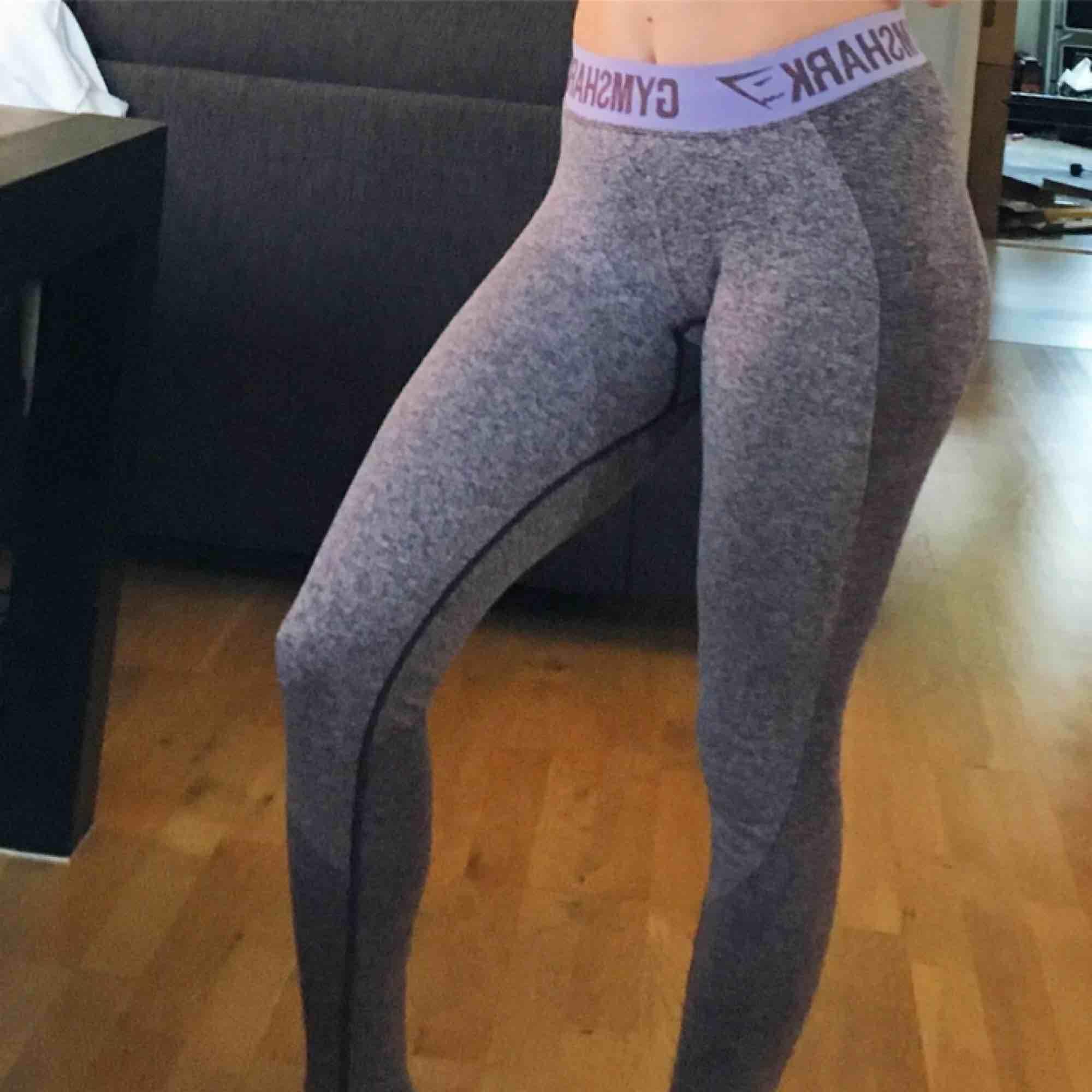 Så snygga leggings från Gymshark som framhäver kurvor! Mycket sköna och av väldigt bra kvalitet. I lilagrå färg. Gymsharks kända flex leggings. . Jeans & Byxor.