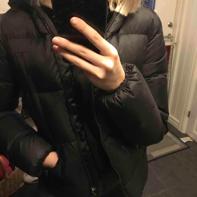 En super skön och stil ren vinterjacka från GANT. Sparsamt använd men mycket varm. Inga skråmor eller liknande. . Jackor.