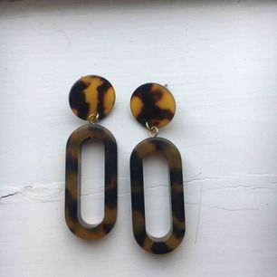 Snygga örhängen i fint mönster. Köparen står för frakt🥰🥰
