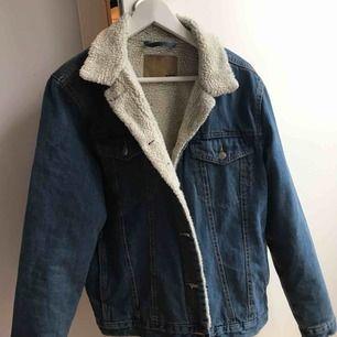 En super fin jeans jacka med foder inuti! Köpt på Lager 157 för 300kr, jätte fint skick & funkar som både S/M i storleken.  Frakt : 79kr