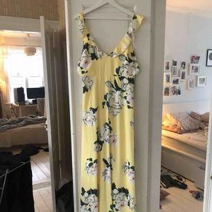 Säljer min fina fina långklänning, använd ändats 1 gång på ett bröllop i somras