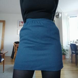 Superfin blå kjol med fickor från beyond retro. Passar bra på en s/xs :)  Kan mötas upp i Stockholm eller skicka mot frakt på 45kr :)