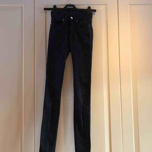 Knappt använda vanliga svarta jeans ifrån Dr denim 78e5811cf5c9e