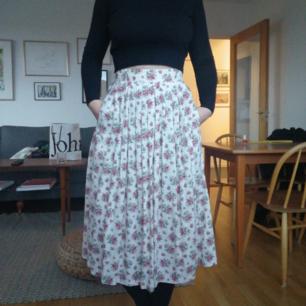 Jättefin blommig kjol från secondhand. Perfekt skick!  Kan mötas upp i Stockholm eller skicka mot frakt på 45kr :)