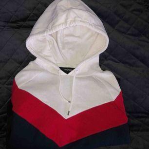 Snygg hoodie i tre färger ifrån monki