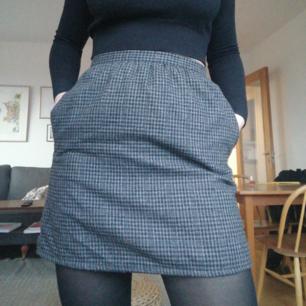Jättefin kjol med hundtandsmönster från beyond retro. Passar small eller medium :)  Kan mötas upp i Stockholm eller skicka mot frakt på 45kr :)