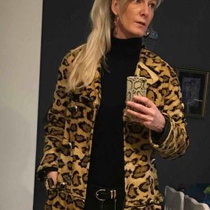 Såå fin och unik leopardmönstrad kappa, köpt vintage! Fått många komplimanger för den här😊 Materialet är kort päls och guldknappar. Köparen står för frakt!