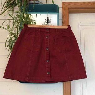 Nästan aldrig använd vinröd kjol från Monki, mycket fint skick.