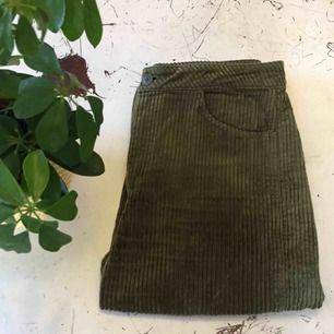 Livia trousers. Fantastiska gröna byxor i manchester från weekday! Säljer då de är något stora på mig, väldigt fint skick. Kostar 600 i nypris