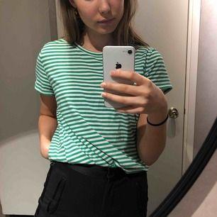Spontanköp som aldrig kommit gill användning hos mig. Grönrandig tshirt från Cubus. Frakt tillkommer🤪
