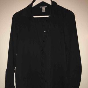 Fin blus/skjorta från H&M i tunt material, bra skick men säljes då den aldrig används. Priset ingår inte i frakten