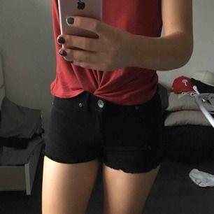Säljer mina svarta drdenim shorts då dom aldrig kommer till användning. Använda ett fåtal gånger, dom är som nya och dom är även väldigt stretchiga:) frakt tillkommer🥰