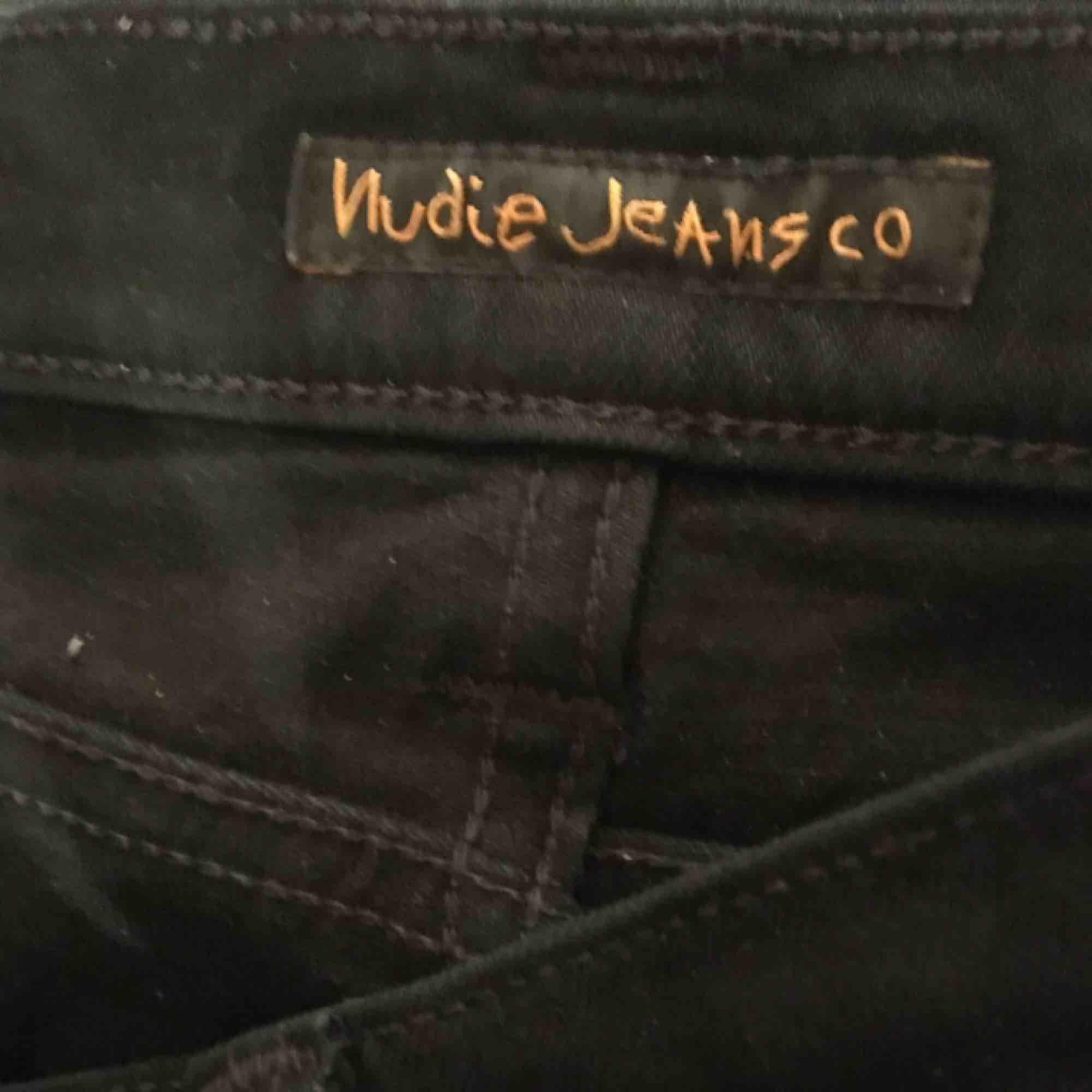 ⭐️Byxor från Nudie jeans⭐️ Sparsamt använda, köptes för 1000kr och säljer pga för stora för mig. Kan mötas eller frakta💖. Jeans & Byxor.