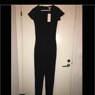 Helt ny superfin jumpsuit från newyorker med prislappen kvar. Inköpt förra året för 199 kr. Frakt ingår inte i priset.