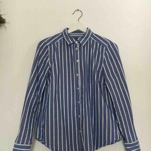 En randig skjorta från Gina Tricot. Säljer den då den ej används längre