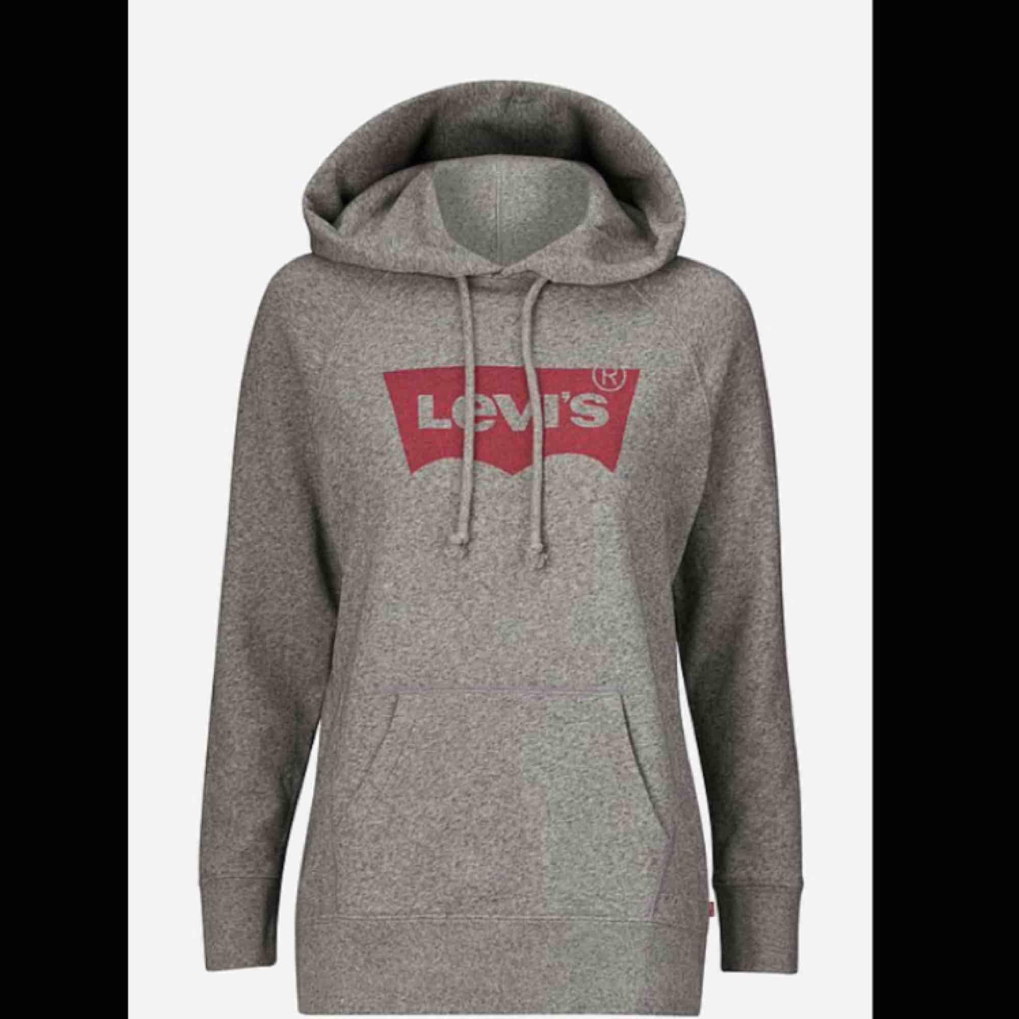 Säljer min gråa, mysiga Levis hoodie i mycket bra skick då den använts ca 2-3 gånger. Säljes pga fel stolek då storleken är XS men sitter mer som en S-M.  Frakt tillkommer, kan annars mötas upp på Södermalm. Pris kan diskuteras.. Huvtröjor & Träningströjor.