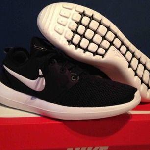 Oanvända Nike Roshe Two, storlek 41. Kommer med prislapp kvar och originallåda.