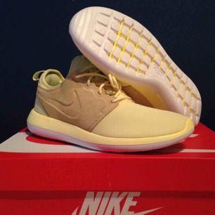 Helt nya Nike Roshe Two storlek 41, kommer med låda och prislapp.