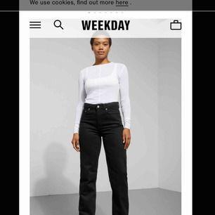 Säljer ett par helt nya Voyage jeans från weekday i svart! Jätte fin passform som ni ser på bilden!